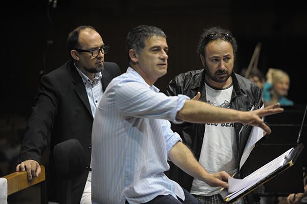 С маестро Алан Бьелински (в средата) и Веселин Караатанасов (вляво) по време на записите на музиката за филма 'Съдилището' със Загребската филхармония.